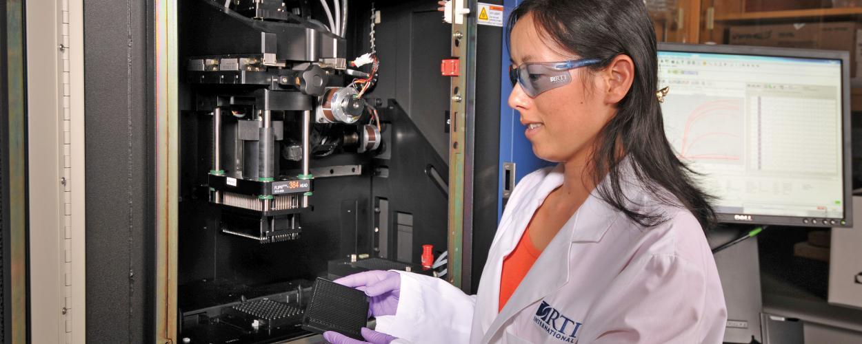 Zhang Yanan works in bioassay lab