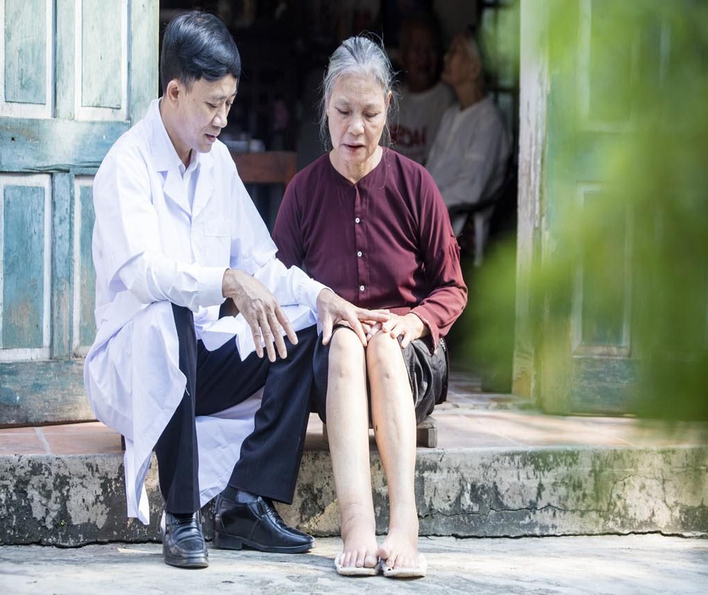 A home-visit to provide continuum of care for LF patient was conducted by Dr. Dinh Duy Binh, Deputy Director of District Health Center of Binh Luc district, who is responsible for preventive medicine.